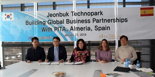 Representatives from Jeonbuk and PITA sign the MOU