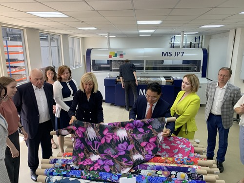 The delegation visiting a textile company